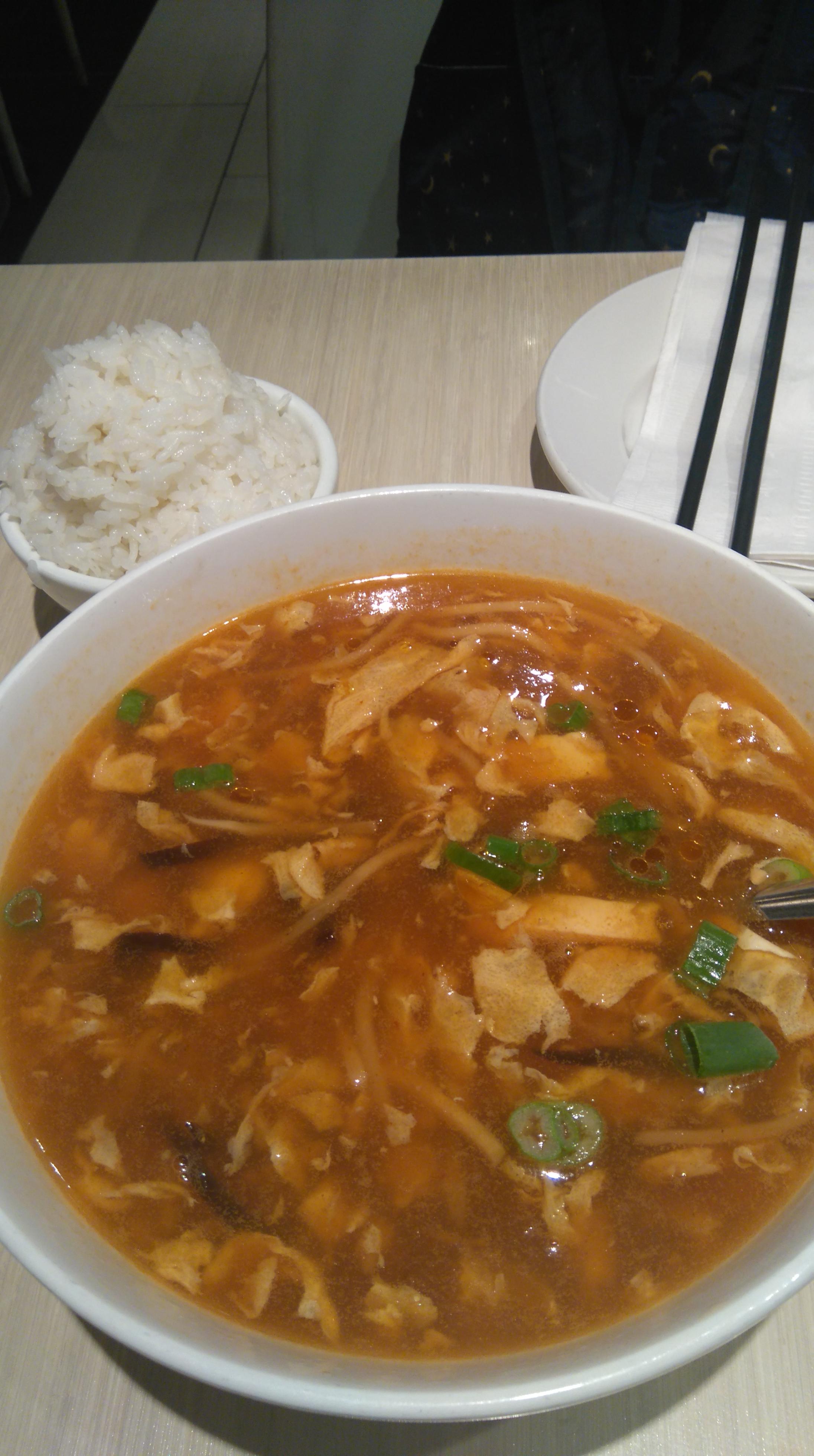 写真はRue Sainte Catherineにある、四川料理のお店の酸辣湯。小(1人前は)2.99ドルで、大(5〜6人分)が6.99ドル。で、大きい方を頼んで、食べきればいない分は持ち帰った。合わせて頼んだご飯の小の盛りに愛を感じる(笑)マレーシアでは、中華料理でもタイ米のようなロンググレイン系の米をつけるのだが、ここモントリオールの中華は、日本と同じジャポニカ米なのが、私にとっての小さな幸せだ。さすが学生に人気のあるお店。美味しくて量が多い。ちょっときつめの風邪をひいてしまった時に、なぜか無性に食べたくなった。自分が何人なのか、わからなくなる一瞬だ。食べたら風邪が治ったのがすごいけど。
