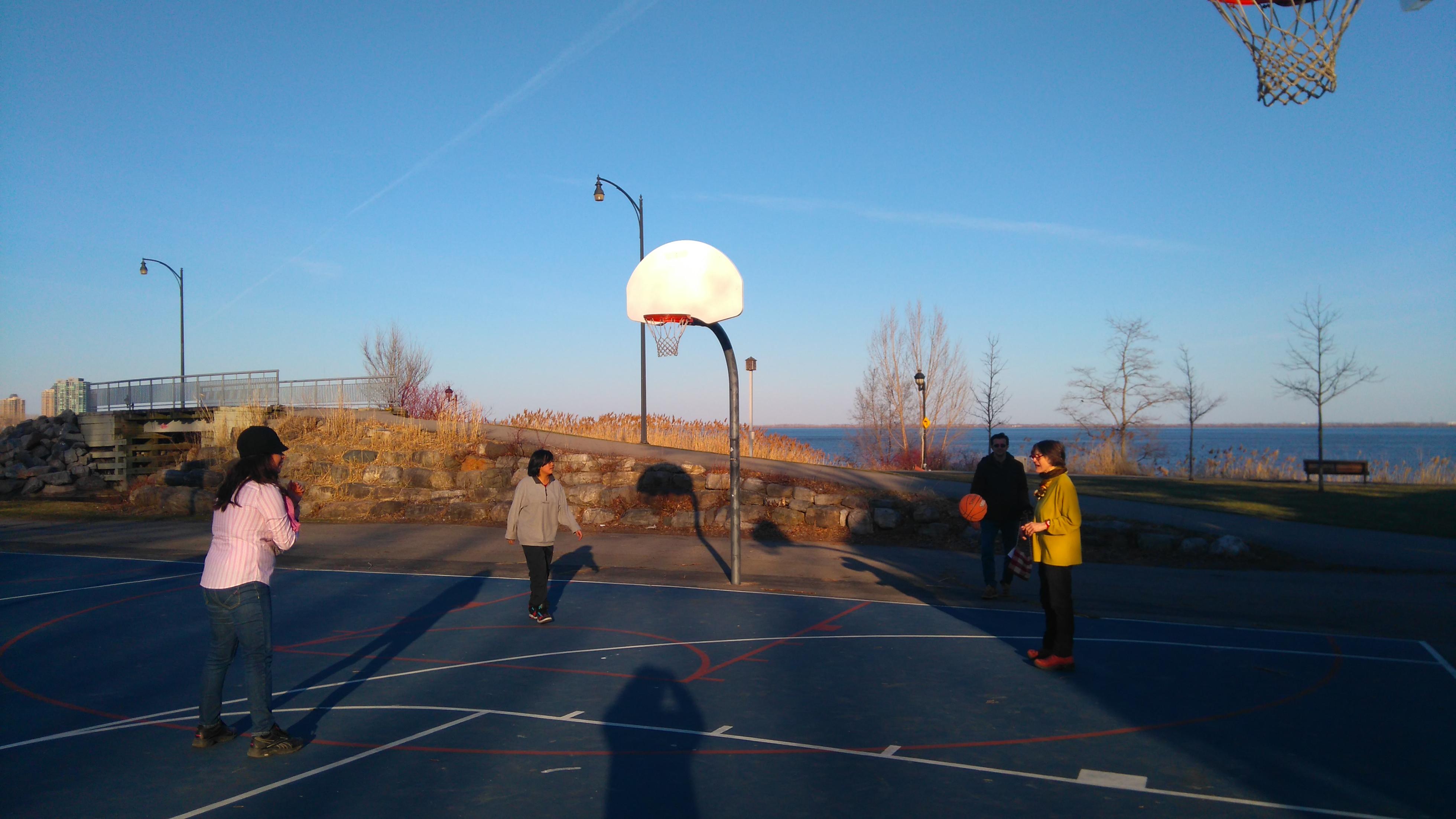 """写真は、毎度おなじみ、セント・ローレンス川沿いの公園。最近では、ここでバスケットボールをして楽しんでいる。きれいな川辺で小鳥のさえずりを聞きながらバスケなんて、最高!長い冬には想像できなかった幸せだ。ホントはちょっと寒かった(2週間前)んだけど""""Who Cares?""""だ。みんな心は早くも春モードなのだ。"""