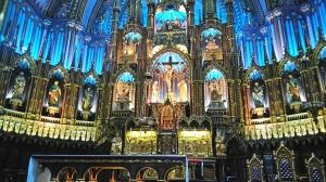 写真は、モントリオール・ノートルダム聖堂。写真で見ると、青いバックグラウンドに光が差していてまあ、何とも豪華で厳かな感じがするのだが、なぜか肉眼で見た時にはなんとなく希薄な感が否めなかった。(そんなこと言ってはいけないのかもしれないけど)ヨーロッパ、特にフランス、イタリアなどの教会を見た後だからなのかもしれない。なんか深みが違うという気がした。もしかしたら、ちょっとモダンな感じなのかもしれない。 この後ろにあるチャペルの壁の大きなレリーフの方が、迫力と生命力があって面白いな、と思った。