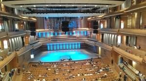 写真は、先日訪れたLa Maison Symphonique de Montreal (モントリオール交響楽団ホール)なぜここに入ったのかといえば、火曜日に大好きなジェイク・シマブクロ(ウクレレ奏者)のコンサートがあったから。今はモントリオールジャズフェスティバル期間中で、そのイベントの一つとして彼のコンサートがあった。今回は彼のオリジナルの曲も聴けて、しかも代表的なカバー曲、While my Guitar Gently Weeps (by Beatles)と、Bohemian Rapsody (by Queen)も演奏してくれたので、もう大満足。彼の演奏は、心がこもっていてダイナミックさと繊細さの幅がすごい。あんな小さなおとなしい楽器をこんな風に使うなんて、誰が考えただろうか?何時間来ても飽きない。 そして昨日は、クラスが暇だったので(笑)コンサートの余韻に浸りながら、彼のGoogleでのトークのビデオを見た。彼のミュージシャンシップがどこから来ているのかというのがよくわかるい話が聴けて、またこれもとってもよかったので、お勧めだ。この人の話し方は、フレンドリーで、気さくで、控えめで本当に人柄が出ていて大好き。