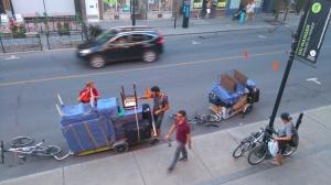 写真は、ちょっとわかりにくいかもしれないが、モントリオール一カーボンフットプリントの低い引っ越しサービス。ここはなんと、自転車の後ろにカートをつけて、2台一組で引っ越しをしてくれる。私たちのように、同じエリアで引っ越す人にとってはとってもメリットが高いし、それにかっこいいと思う。お兄さんたち、二人ともよく働いてくれて気持ちがよく、しかもきちっとバジェット以内の時間に終わらせてくれて追加料金もなし!お勧めだ。 http://www.demenagementmyette.ca/en/
