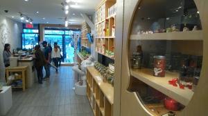 写真は、昨日女友達と出かけたチャイナタウンにある、中国茶のお店。なんか中国茶屋の古くさーいイメージを一掃した、日本の輸入雑貨屋さんみたいなかわいくてシンプルな内装で、置いてあるものもセンスがいい。お茶もオリジナルのかわいい茶筒や綺麗なパッケージデザインで、若い女の子でも楽しく中国茶に親しめそうな感じだ。台湾から輸入したというオルゴールのインテリアたちもとってもかわいい。 ここはまた来るなあ、きっと... Ma Tase de Thé www.mcot.ca
