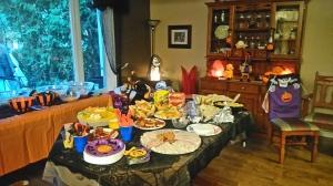 ハロウィンのパーティでは、家の中に用意してあるお料理などはその家族や招かれた友人のためのものだが、そのイベント自体は家の外で、デコレーションがされているお庭の方でおもに行われるため、こちらの家庭では、みんなたまに食べ物をつまみに家に入るだけで、一家総出で訪ねてくる子供たちを本気で怖がらせていた。(私の友人は仮装してチェーンソーを担いで子供を追いかけていた)大人の本気がハロウィンを楽しくするんだなあ、と実感。