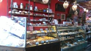 写真は、最近のお気に入り、Cafe Saint-Henri.ここは、スイーツの数に圧倒される。見ているだけで楽しくなり、毎週通って全部食べつくしてみたくなる。